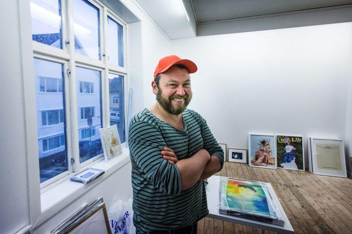 Geir Haraldseth stiller ut sin egen kunstsamling i Rogaland Kunstsenter fra i morgen av. – De kunstverkene jeg nå kan vise fram, har jeg hatt stor glede av å samle på. På den måten sier også disse verkene noe om hvem jeg er, sier Haraldseth til RA. Foto: Roy Storvik